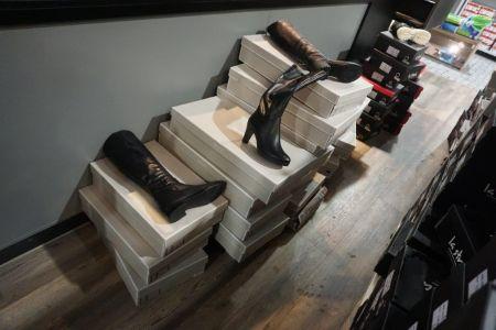 323 Paar Schuhe